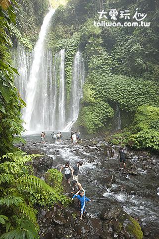 許多人會到瀑布周邊戲水