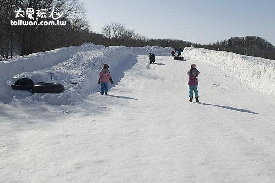 光是冰上溜滑梯與打雪仗就玩很久了