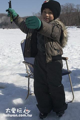 冰上釣魚連小孩都愛