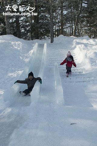 小孩子玩溜滑梯玩得超開心