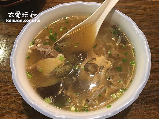 牛肉汤内有野菜调和味道非常均衡