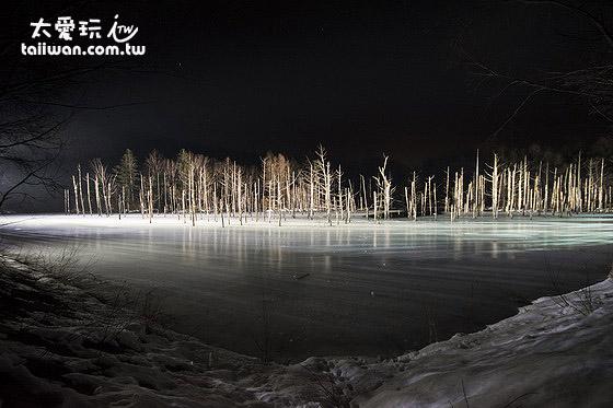 冬季夜間的青池