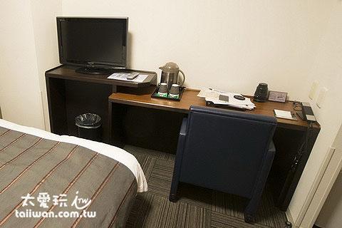 旭川多米飯店雙人房熱水壺、茶包、平面電視、書桌