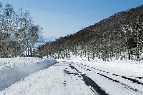 山區要特別注意黑冰路面