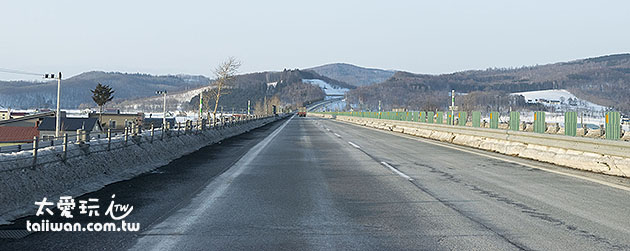高速公路的除冰作業是非常好,所以很難得看到路面會有雪