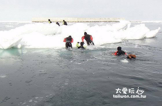 防寒衣浮力大...每个人都可以游