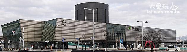 函館JR站旁就是函館朝市