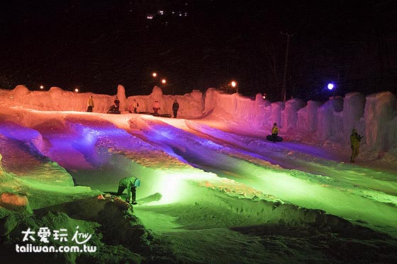 大型的溜滑梯場讓你免費坐在輪胎圈上滑冰