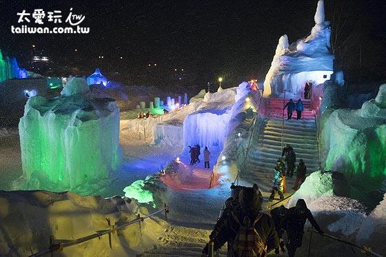 冰瀑祭的晚上會打上各種顏色的燈光把冰雕點綴得色彩鮮豔美輪美奐