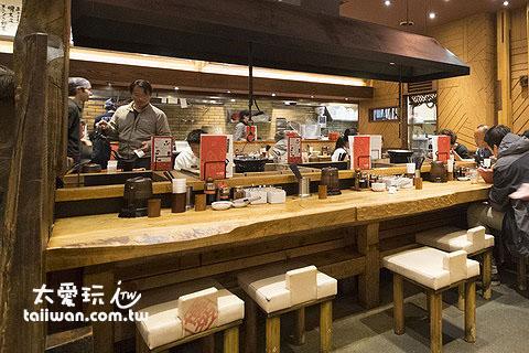 一风堂札幌狸小路店原木材质的装修空间感觉温暖有型