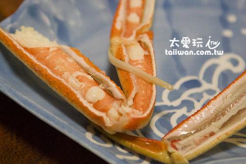 蟹脚已经处理过了,吃起来很轻鬆