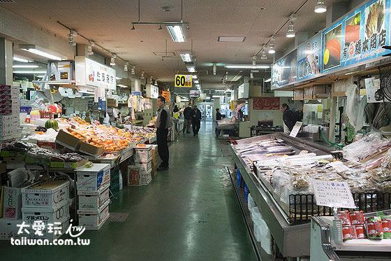 和商市場販賣各種生猛海鮮、乾貨、蔬果、雜貨