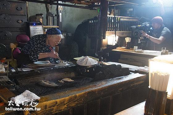 80歲左右的老婆婆親自為大家料理
