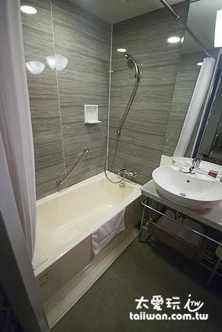 廁所有一個不小的浴缸