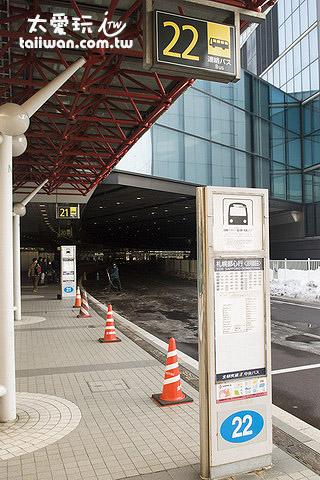 机场1楼外的22号巴士等候处