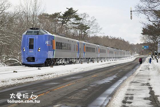 搭乘JR從函館站出發到大沼公園站如果是特急列車大約20分鐘,普通列車約1小時