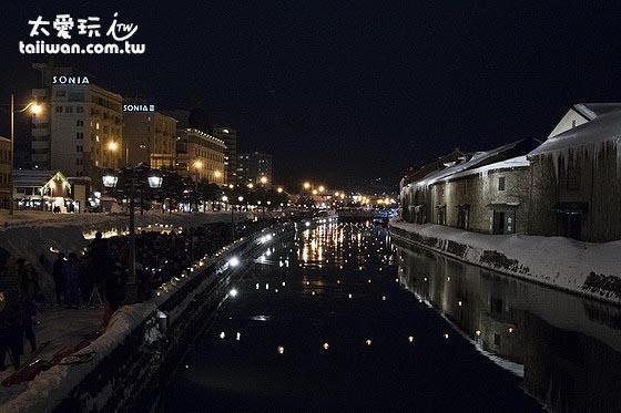 雪燈把夜晚的小樽運河營造出極浪漫又溫馨的氛圍