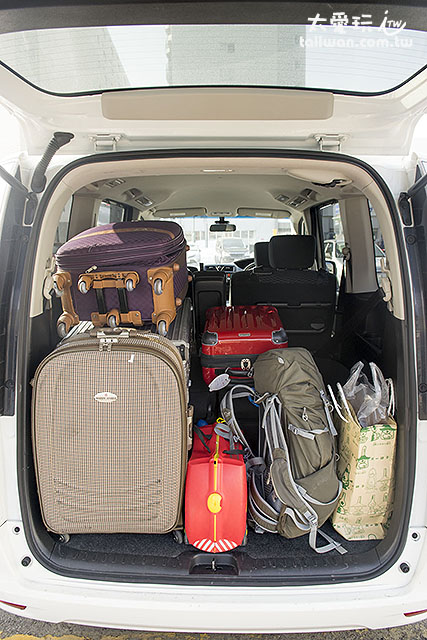 Nissan 8人 Serena 第三排放下可以擺6~8件28~30吋行李箱