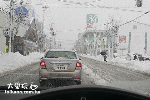 北海道冬天暴风雪开车是很危险