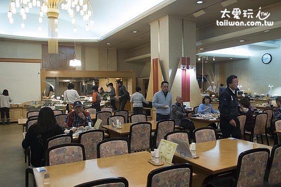 層雲閣格蘭飯店餐廳不大,得分梯次吃飯