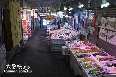 三角市場可以現煮帝王蟹、吃海膽丼飯