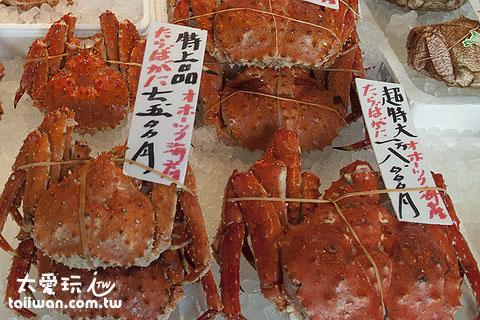 帝王蟹从小隻的7、8千日圆到超大隻(约3公斤)的二万日圆都有