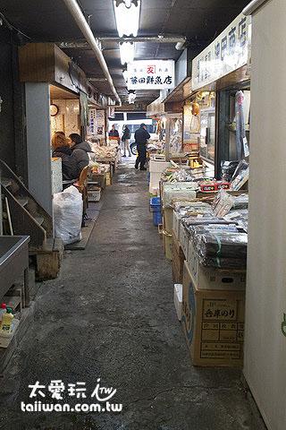 「どんぶり茶屋」要从小路走进去二条市场的内部