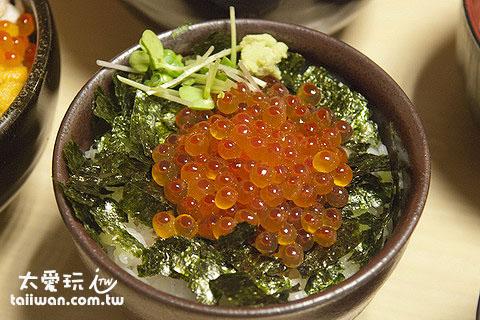 小份的鲑鱼卵海鲜盖饭