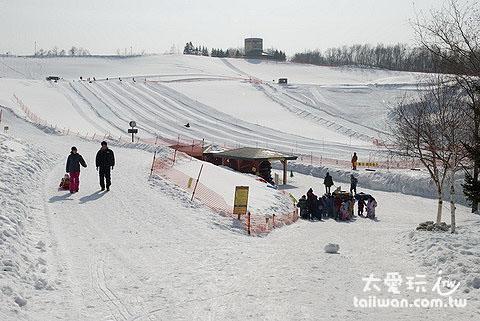 大人小孩都适合的轮胎雪橇滑雪场