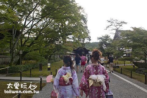 進入金閣寺前的步道