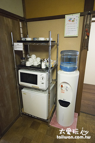 茶水區有小冰箱、微波爐可以使用,也有茶包、咖啡免費喝。