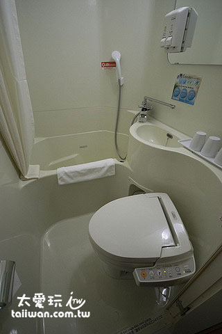 日本商务饭店房间浴室很小,但还是会有浴缸