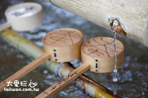 要用這些勺子舀水先洗手,然後再漱口