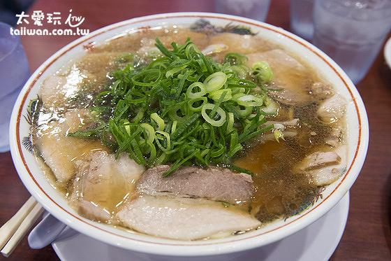 本家第一旭拉麵醬油豚骨湯底,湯頭清澈口味比較不那麼濃厚