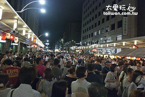 街上滿滿的人就像在辦一場熱鬧的日是嘉年華會