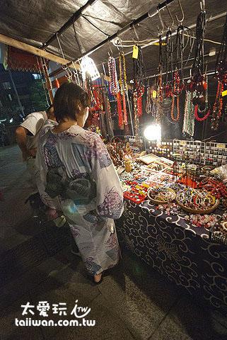 賣飾品的攤位