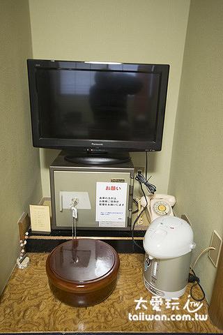 房間電視、保險箱與熱水壺