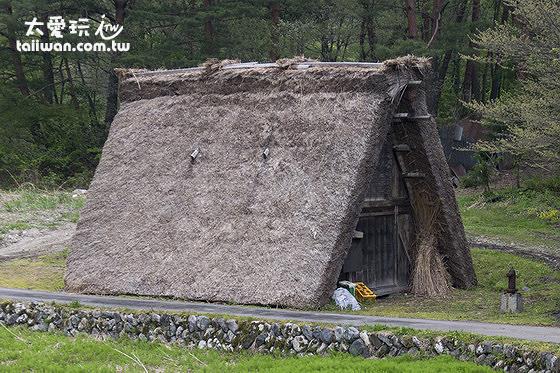 剛開始的合掌屋是兩個斜屋頂直接頂在地面上
