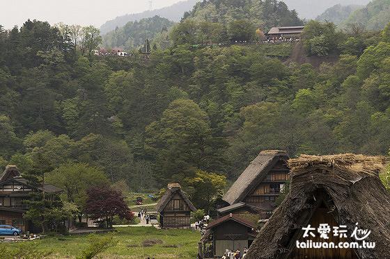 荻町城跡展望台在北邊的山上