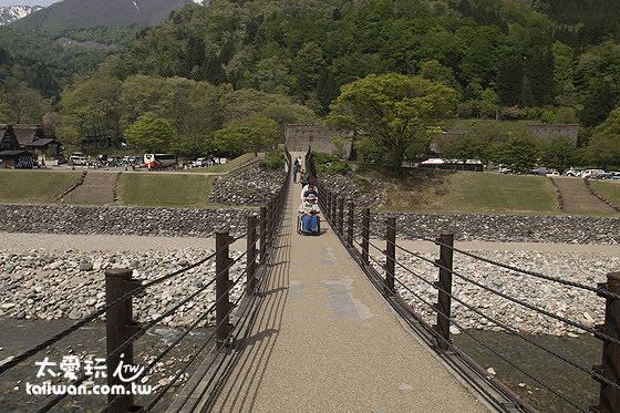 合掌村通往巴士站及公共停車場的吊橋