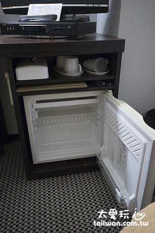 房間內的冰箱、茶具、吹風機