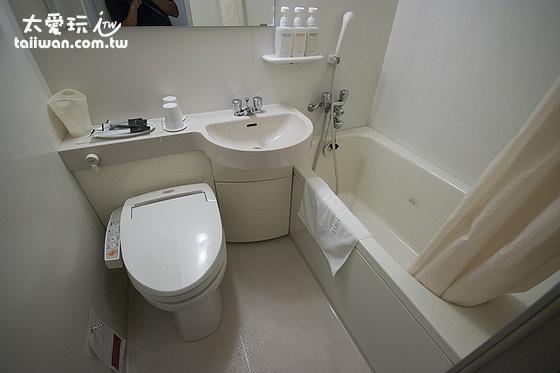 廁所內有免治馬桶、淋浴與小浴缸