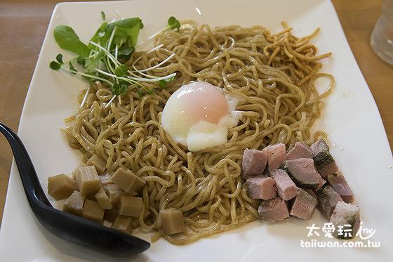冷麵的部分有竹筍及燒豚肉當配料