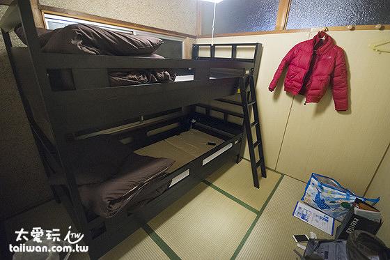 房間的雖然是榻榻米房,但是有上下舖的木床