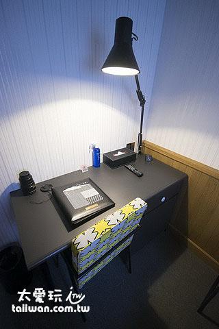 房間內書桌
