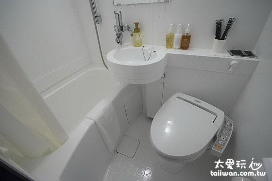 厕所空间也小小的