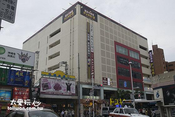 國際通的中段還有日本知名生活雜貨店「激安的殿堂 唐吉訶德」