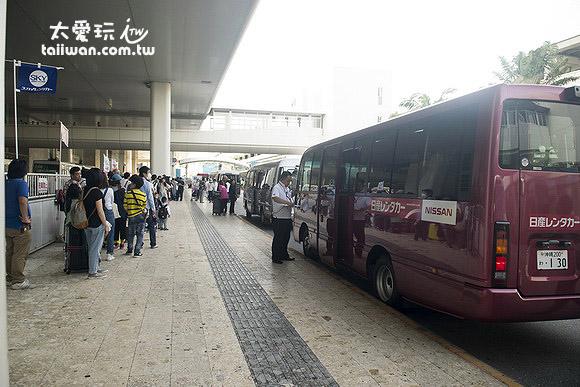 那霸機場國內線航廈外租車公司專用的接送區