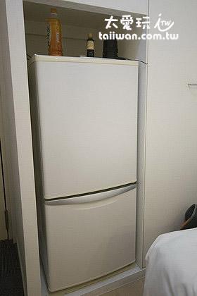 房间内的冰箱