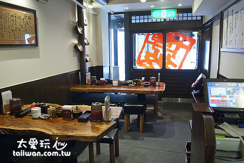 内部的装潢充满了日式+原木的风味